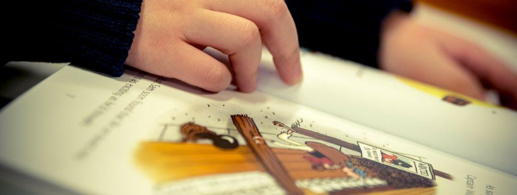 Niño leyendo un libro ilustrado